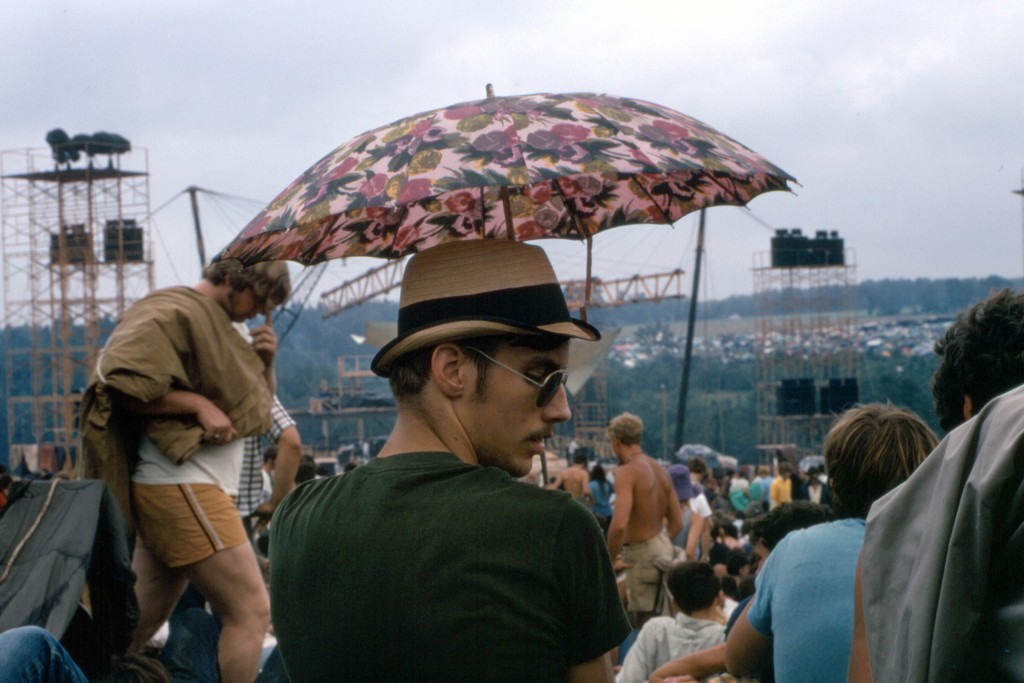 1969-08-16 06 Umbrella man
